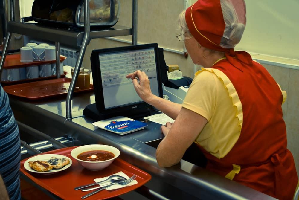 Фото 2. На рабочем месте кассира рабочей столовой