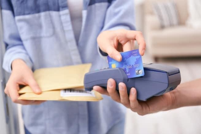 Фото 2. Расчет с курьером банковской карточкой.