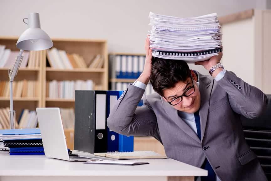 Мужчина, держащий документы